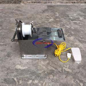 Máy buộc đầu xúc xích motor VN (NNXX-B03)là một trong những máy không thể thiếu trong công nghệ làm xúc xích. Máy được sử dụng trong nhiều cơ sở sản xuất, hình thức đẹp, sử dụng đơn giản, độ bền cao, vệ sinh dễ dàng là những ưu điểm của dòng máy này.