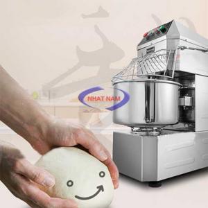 Máy trộn bột đứng 80 lít (NNTB-41)là sản phẩm hỗ trợ người thợ làm bánh thay cho việc trộn bánh một cách thủ công  – Bạn có thể sử dụng một chiếc máy trộn bột để nhào bột, trộn bột giúp cho việc làm bánh dễ dàng hơn rất nhiều, bột được trộn nhanh hơn, đều hơn, mịn hơn.