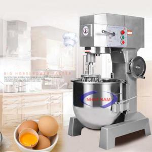 Máy trộn bột 50 lít dạng đứng (NNTB-26)là sản phẩm hỗ trợ người thợ làm bánh thay cho việc trộn bánh một cách thủ công, mất nhiều thời gian, thì ngày nay, bạn có thể sử dụng một chiếc máy trộn bột để nhào bột, trộn bột giúp cho việc làm bánh dễ dàng hơn rất nhiều, bột được trộn nhanh hơn, đều hơn, mịn hơn.