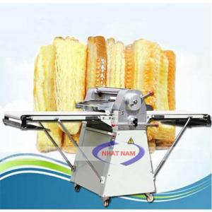 Máy cán bột đứng 2 chiều LSP-520 (NNCB-A17)là dòng máy có chức năng làm phẳng khối bột thành 1 lớp mỏng mịn trong dây chuyền làm bánh mì. Với dòng máy này, chủ các tiệm bánh sẽ giảm được nhân công trong quá trình làm bánh.