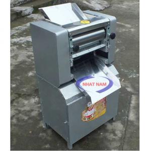 Máy cán bột SXY-25 (NNCB-A05)Để làm ra những chiếc bánh thơm ngon mang tới người tiêu dùng, những chiếc bánh phải trải qua quy trình rất nhiều công đoạn. Bột được trộn thật kỹ bằng bởi chiếc máy trộn bột chuyên dụng. Sau đó tùy vào từng loại bánh, bột sẽ được cán mỏng thành nhiều mức độ khác nhau, đó chính là nhờ vào chiếc máy cán bột