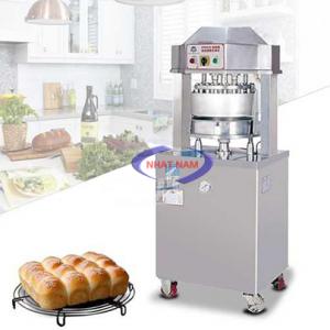 Máy chia bột DUOQI HDD36B (NNCB-01)là dòng máy đang ngày càng phổ biến và được sử dụng rộng rãi tại các lòbánhmì.Máy chia bộtbánh mì cho ra 36 phần bộtđều nhau tuyệt đối và cực nhanh. Đây là thiết bị không thể thiếu trong dây chuyền máy móc làm bánh mì củanhững khách hàng quan tâm đếnnăng suất.