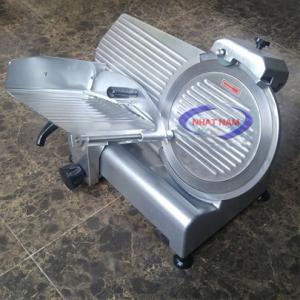 Máy thái thịt bán tự động ES-250 (NNTT-A13)là loại máy rất được ưa dùng vì có cấu tạo nhỏ gọn và giá thành hợp lý.Máy dùng nhiều trong việc thái thịt chín và thịt đông lạnh.Máy có bộ điều chỉnh về độ dày mỏng của lát thịt, ngoài ra còn bộ đá mài gắn trên máy giúp máy luôn giữ được lưỡi sắc bén.
