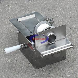 Máy buộc đầu xúc xích quay tay (NNXX-B02)là một trong những máy không thể thiếu trong công nghệ làm xúc xích. Máy được sử dụng trong nhiều cơ sở sản xuất. Hình thức đẹp, sử dụng đơn giản, độ bền cao, vệ sinh dễ dàng là những ưu điểm của dòng máy này.
