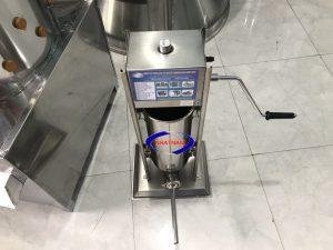 Máy đùn xúc xích quay tay 5 lít (NNXX-A03)Là một trong những thiết bị quan trọng được thiết kế tối ưu về chế biến thực phẩm. Máy có thể thay thế rất nhiều lao động lành nghề làm việc cùng một thời điểm, đảm bảo vệ sinh an toàn thực phẩm khi chế biến.
