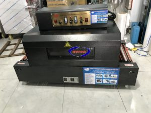 Máy co màng BS 400 x 200 (NNCM-A04)  – Máy có cấu tạo chắc chắn, thân máy được làm từ chất liệu thép sơn tĩnh điện, cách nhiệt 2 lớp bằng sợi bông thủy tinh, không gây hiện tượng nóng khi chạm vào bề mặt.