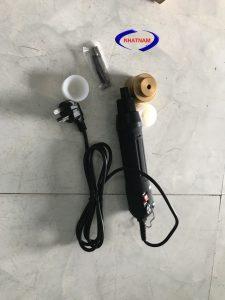 Máy đóng nắp chai cầm tay (NNDC-B20)được dùng để xoáy đóng nắp cho các loại chai có nút ren như chai nước tinh khiết, chai rượu hay các loại chai lọ khác có nắp xoáy ren…