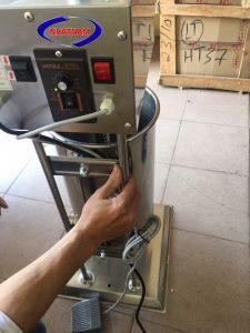 Máy đùn xúc xích dùng điện 20 lít (NNXX-A09)là dòng máy đời mới nhất hiện nay với thiết kế đặc biệt và cải tiến vượt trội. Máy có dung tích 20 lít. Máy đùn xúc xích chắc chắn là công cụ hỗ trợ đắc lực cho các cơ sở sản xuất xúc xích, lạp xưởng.