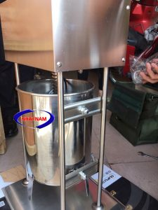 Máy đùn xúc xích dùng điện 25 lít (NNXX-A10)  là dòng máy đời mới nhất hiện nay với thiết kế đặc biệt và cải tiến vượt trội. Máy có dung tích 25 lít. Máy đùn xúc xích chắc chắn là công cụ hỗ trợ đắc lực cho các cơ sở sản xuất xúc xích, lạp xưởng.