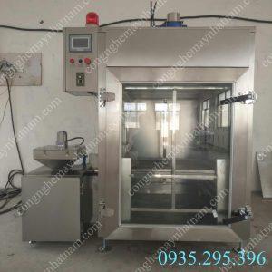 Lò xông khói 250 kg (NNLXK-07)  Chất liệu hoàn toàn bằng inox cao cấp, các thanh gia nhiệt được sản xuất trên công nghệ hiện đại giúp gia nhiệt cho sản phẩm tốt nhất. – Công tắc điện chống giật an toàn cho người sử dụng.  – Điều chỉnh nhiệt độ phù hợp nhất cho mỗi loại sản phẩm tương ứng.