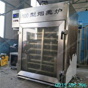 Lò xông khói 100kg (NNLXK-04) Chất liệu hoàn toàn bằng inox cao cấp, các thanh gia nhiệt được sản xuất trên công nghệ hiện đại giúp gia nhiệt cho sản phẩm tốt nhất . – Công tắc điện chống giật an toàn cho người sử dụng.  – Điều chỉnh nhiệt độ phù hợp nhất cho mỗi loại sản phẩm tương ứng.  – Hệ thống tạo hơi, khói ổn định.