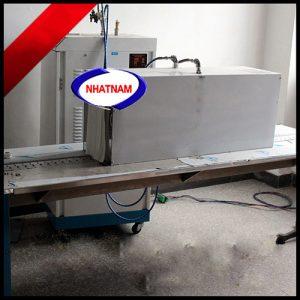 Máy co màng hơi nước (NNCM-A16)sử dụng nguồn hơi nước nóng để co màng sản, thời gian co màng nhanh chóng, nhiệt đều, không bị nhăn, công suất điều chỉnh được và hiệu quả co hoàn hảo  – Thiết bị thích hợp dùng để co màng lốc chai, bình nước, được sử dụng rộng rãi trong sản xuất nước giải khát.