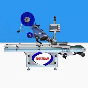 Máy dán nhãn decal nắp chai linh kiện tự động (NNDC-19)đáp ứng việc ghi nhãn sản phẩm nhanh chóng, máy tự động dính nhãn lên bề mặt sản phẩm  – Cơ chế dán nhãn tiêu chuẩn có thể đáp ứng các nhãn bề mặt không đồng đều.