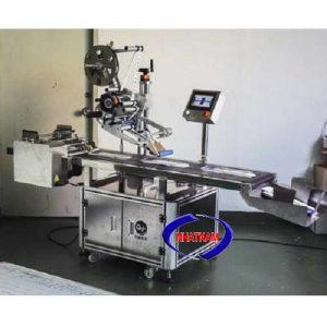 Máy dán nhãn decal tự động (dạng mặt phẳng) (NNDC-15)đáp ứng việc ghi nhãn sản phẩm nhanh chóng, máy tự động dính nhãn lên bề mặt sản phẩm  – Cơ chế dán nhãn tiêu chuẩn có thể đáp ứng các nhãn bề mặt không đồng đều.