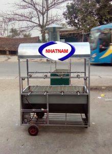 Xe quay vịt 2 tầng 5 xiên (NNXQV-A05)là sản phẩm chuyên sử dụng để quay vịt đường phố của Việt Nam, đang được ưa chuộng hiện nay. Đặc điểm của dòng sản phẩm này là cơ động, tiện lợi di chuyển cho các quán hàng rong