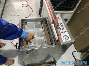 Máy hút chân không chè LD-300 (NNMH-B04)giúp bảo đảm lá chè không bị vỡ vụn khi vận chuyển, giữ được hương vị, độ tươi ngon lâu.