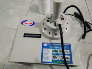 Máy dán màng seal bán tự động 500A (NNMS-01)Máy seal màng nhômsử dụng công nghệ tiên tiến nhất với lõi từ tần số cao, máy chạy ổn định, ít tổn hao nhiệt  – Sử dụng phù hợp cho tất cả các loại chai: PE, PET, PVC, HDPE, ABS, PP, PS, chai thủy tinh.