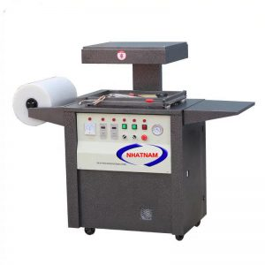 Máy hút chân không định hình (NNMH-B19)là loại máy dùng nhiệt làm mềm tấm nhựa, dùng khí thổi phồng tấm nhựa lên và dùng chân không để hút tấm nhựa vào khuôn có hình dáng của sản phẩm, tạo ra sản phẩm mong muốn.