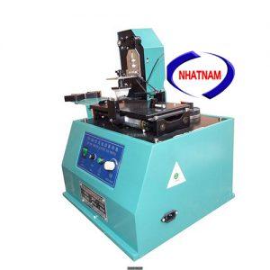 Máy in date mâm vuông (NNID-05)Máy có thể in được thời hạn sử dụng, bảo hành, mã vạch đơn giản  – Thích hợp cho đóng hộp đồ uống, mỹ phẩm, thực phẩm…
