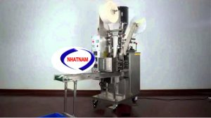Máy đóng gói trà YD-11 (NNĐG-I01)là loại máy hoạt động hoàn toàn tự động thực hiện các thao tác tự động xuống liệu, định lượng, tạo túi màng lọc, kẹp chỉ, tem nhãn và ra sản phẩm.