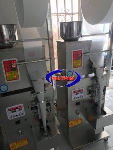 Máy đóng gói trà túi lọc inox (NNĐG-A04)dùng để đóng gói trà thành dạng túi lọc. Bán tự động, cung cấp màng lọc, màng đóng gói trà theo máy. Đây là máy có công nghệ tiến tiến rất hữu ích cho các nhà sản xuất. Máy có khả năng thay thế cho lượng lớn nhân công làm việc thủ công