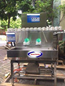 Máy rửa chai có 2 đầu chổi rửa (NNDC-DC07)là dòng máyrửa chai bán tự động thích hợp dùng để rửa các loại chai nhựa, chai thủy tinh, chai nước tinh khiết.  – Máy rửa bằng hệ thống bơm đấu nối với nước sạch hoặc hóa chất tẩy rửa để phun vào chai.  – Máy phù hợp dùng cho các cơ sở sản xuất vừa và nhỏ.