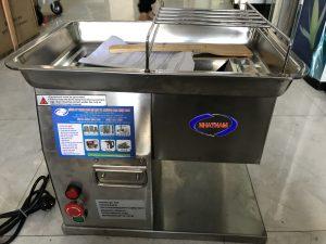 Máy thái thịt sống QX-250 (NNTT-A16) Là một trong những thiết bị quan trọng được thiết kế tối ưu về chế biến thực phẩm.  – Máy có thể thay thế rất nhiều lao động lành nghề làm việc cùng một thời điểm, đảm bảo vệ sinh an toàn thực phẩm khi chế biến.