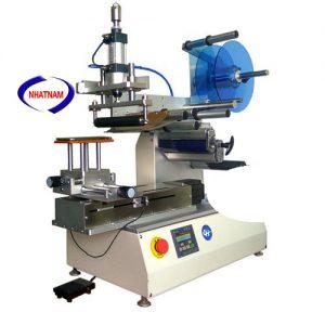 Máy dán nhãn chai vuông bán tự động (NNDC-18)Máy sử dụng rộng rãi trong thực phẩm, dược và hóa chất thông thường và hóa chất công nghiệp cho dán nhãn chai nhựa trong nhiều ngành khác nhau.