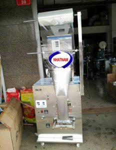 Máy đóng gói định lượng 50-1000 gam (NNĐG-A12)là loại máy chuyên dùng để đóng gói, bảo quản thực phẩm, chức năng chính của máy là thực hiện chủ yếu 2 chức năng: giúp cho nhà sản xuất hoàn thiện bao bì, đảm bảo được số lượng của sản phẩm, định khối lượng sản phẩm.