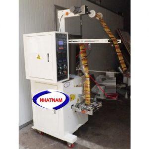 Máy đóng gói tự động 5-200 gam (NNĐG-I09)là loại máy chuyên dùng để đóng gói, bảo quản thực phẩm, chức năng chính của máy là thực hiện chủ yếu 2 chức năng: giúp cho nhà sản xuất hoàn thiện bao bì, đảm bảo được số lượng của sản phẩm, định khối lượng sản phẩm.