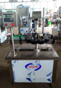 Máy đóng nắp chai tự động (NNDC-DB07)là dòng máy siết nắp tự động, thiết bị có thể làm việc độc lập hoặc ghép nối vào hệ thống các dây chuyền chiết rót  – Rất phù hợp với những doanh nghiệp, xưởng sản xuất các loại nước đóng chai, nước giải khát hay đóng nắp các loại dung dịch hóa chất...