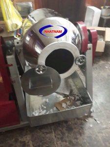 Máy trộn bột khô dạng trống 50 kg/mẻ (NNTB-25) có dạng bồn nằm ngang, các cánh đảo bên trong có thể trộn nhanh và đều các loại vật liệu dạng bột với tỷ lệ và độ mịn khác nhau. Máy có cấu tạo đơn giản, dễ dàng vệ sinh trong quá trình sau trộn. Bộ phận tiếp xúc với nguyên liệu được làm bằng thép không gỉ.