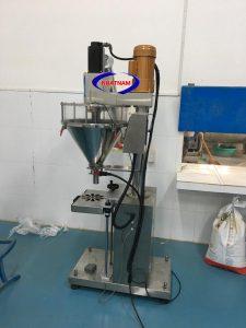 Máy định lượng trục vít (NNĐL-08)Máy cânđịnh lượng trục vít cóđộ chuẩn xác cao,định lượng sản phẩmđa dạng.  – Máyđượcứng dụng trong ngành thực phẩm, dược phẩm,,, như dạng bột hoá chất, cà phê... cần tỉ lệ chuẩn xác cao