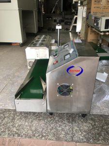 Máy dán màng seal tự động LX-6000 (NNMS-03)là thiết bị lý tưởng dùng để đóng gói sản phẩm trong các ngành dược phẩm, thuốc trừ sâu, thực phẩm, mỹ phẩm....  – Máy dán màng seal tự động Lx 6000 có cấu tạo nhỏ gọn, rất chắc chắc  – Thân máy được làm bằng chất liệu inox cao cấp có độ an toàn cao.