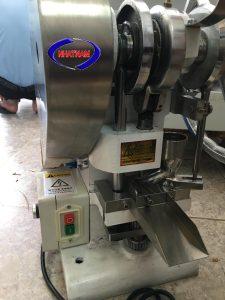 Máy dập viên nén 1 chày ZP01-III (NNND-D05)  Máy chuyên dùng để tạo hình viên nén từ dạng bột, dạng hạt. Được dùng phổ biến trong sản xuất thuốc tây, đông y...