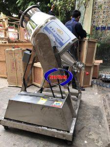 Máy trộn bột khô dạng trống 50kg/mẻ (inox) (NNTB-56)có dạng bồn nằm ngang, các cánh đảo bên trong có thể trộn nhanh và đều các loại vật liệu dạng bột với tỷ lệ và độ mịn khác nhau.  Máy có cấu tạo đơn giản, dễ dàng vệ sinh trong quá trình sau trộn. Bộ phận tiếp xúc với nguyên liệu được làm bằng inox cao cấp