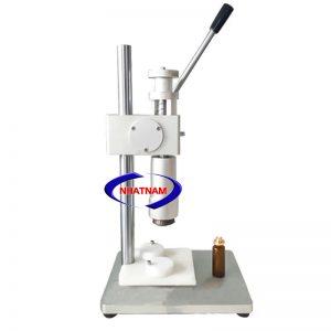 Máy đóng siết nắp chai vacxin thủ công (NNDC-B04)là dòng máy đóng nắp chai nhỏ, phù hợp với việc đóng nắp những chai nước hoa, các chai thuốc thủy tinh nhỏ trong ngành dược, ngành thú y, ngành mỹ phẩm… Máy là một sản phẩm thủ công rất phù hợp với quy mô sản xuất vừa và nhỏ.