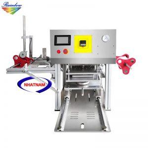 Máy dán miệng hộp PE, PET, PP (NNMC-21)đây là dòng máy của công ty hiện sử dụng công nghệ tiên tiến nhất với lõi từ tần số cao, máy chạy ổn định, ít tổn hao nhiệt.  Máy giúp dán miệng hộp thực phẩm với năng suất cao, đạt hiệu quả về cả thẩm mỹ và chất lượng sản phẩm.