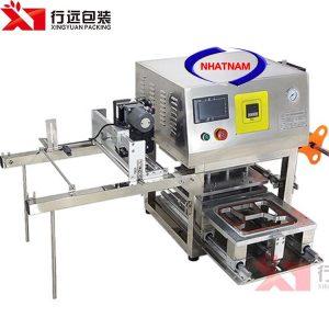 Máy dán miệng hộp tự động có in dateđượccông ty Nhật Nam nhập khẩu và phân phối trên toàn quốc.Máy nhỏ gọn, tiết kiệm thời gian, giảm chi phí nhân công