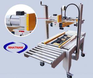 Máy dán băng keo FJX-4030 (NNDBD-A09) Là sản phẩm quan trọng trong ngànhđóng thùng carton.  Máyđược sử dụng rộng rãi trong các lĩnh vực : thực phẩm,đồđiện gia dụng, dược phẩm, hoá chất....