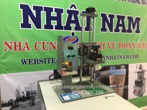 Máy đóng nắp chai bán tự động DDX-450 (NNDC-C09)được dùng để xoáy đóng nắp cho các loại chai có nút ren như chai nước tinh khiết, chai rượu hay các loại chai lọ khác có nắp xoáy ren…