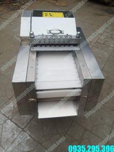 Máy chặt thịt gà (NNTT-A32)là loại máy không thể thiếu trong các nhà hàng, bếp ăn công nghiệp, cơ sở chế biến thực phẩm...  – Máy dùngđể chặt thịt gà, xương sườn và một số loại rau củ..  – Máy dùng một dao chém từ trên xuống và có thểđiều chỉnhđược bước chặt dài hoặc ngắn.