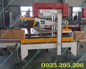 Máy dán băng dính thùng carton tự gấp mép (NNDBD-A04)  – Máy chuyên sửdụng trong khâu niêm phong và đóng gói thùng carton, có thể hoạt động độc lập hoặc kết nốivới dây chuyền sản xuất.