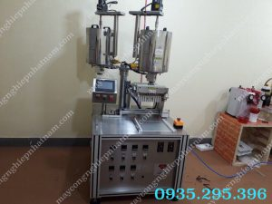 Máy chiết rót son môi tự động (NNDC-D29)  – Máy được tích hợp công nghệ tiên tiến nhất, với bộ điều khiển lập trình PLC tự động, sản xuất theo chu trình khép kín, đảm bảo vệ sinh, không làm thay đổi đặc tính lí hóa của vật liệu.