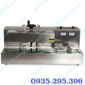 Máy dán màng siu tự động DL-300 (NNMS-10) chuyên dùng để dán miệng lọ, hộp bằng chất liệu màng nhôm giúp cho sản phẩm được bảo quản lâu hơn, chống bụi bẩn....  – Máy thường được sử dụng trong ngành thực phẩm, mỹ phẩm, dầu nhớt...