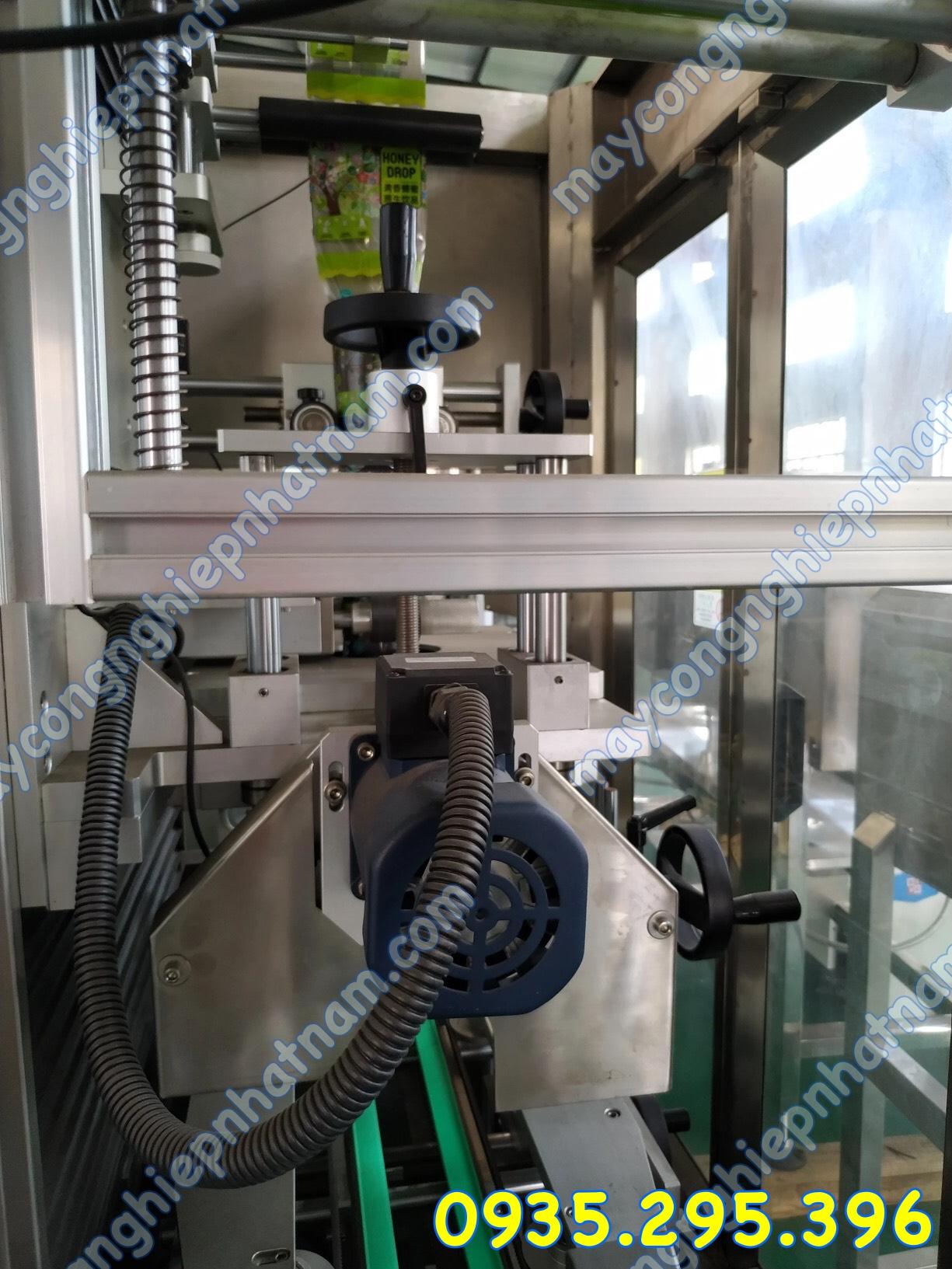 Máy phóng nhãn màng co tự động 1